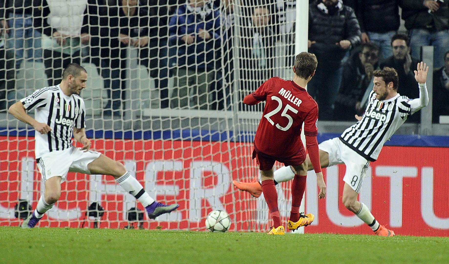 Thomas Müller beim Schießen des 1:0.