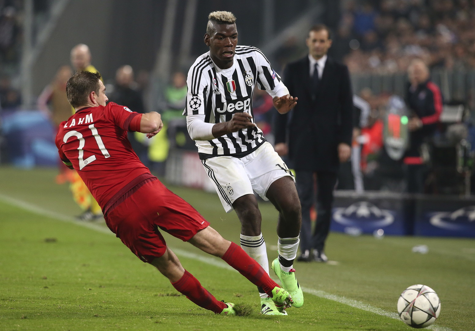 Juves PauL Pogba versucht an Bayern Kapitän Phillip Lahm vorbeizukommen.