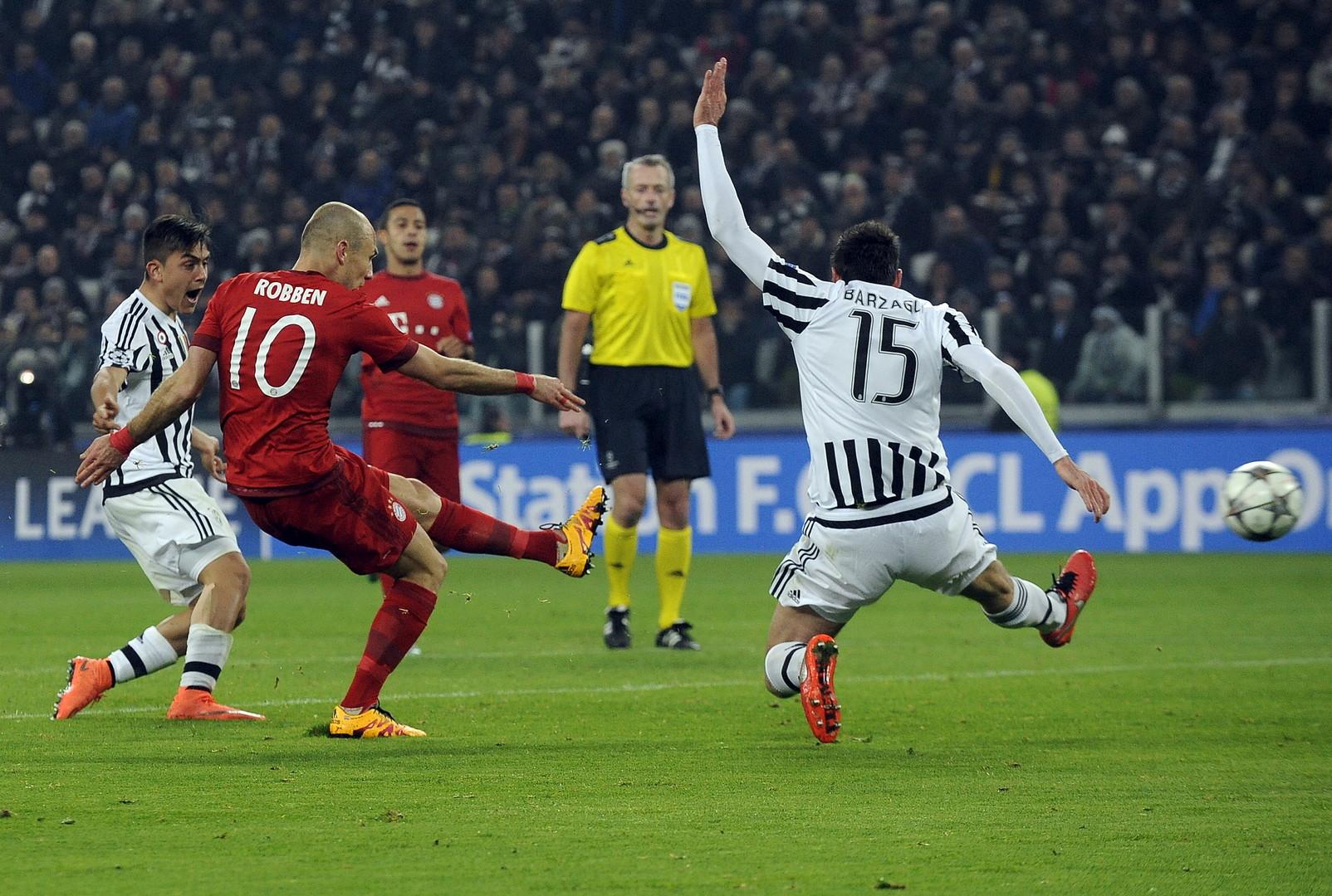 Arjen Robben schießt das zweite Tor Bayerns.