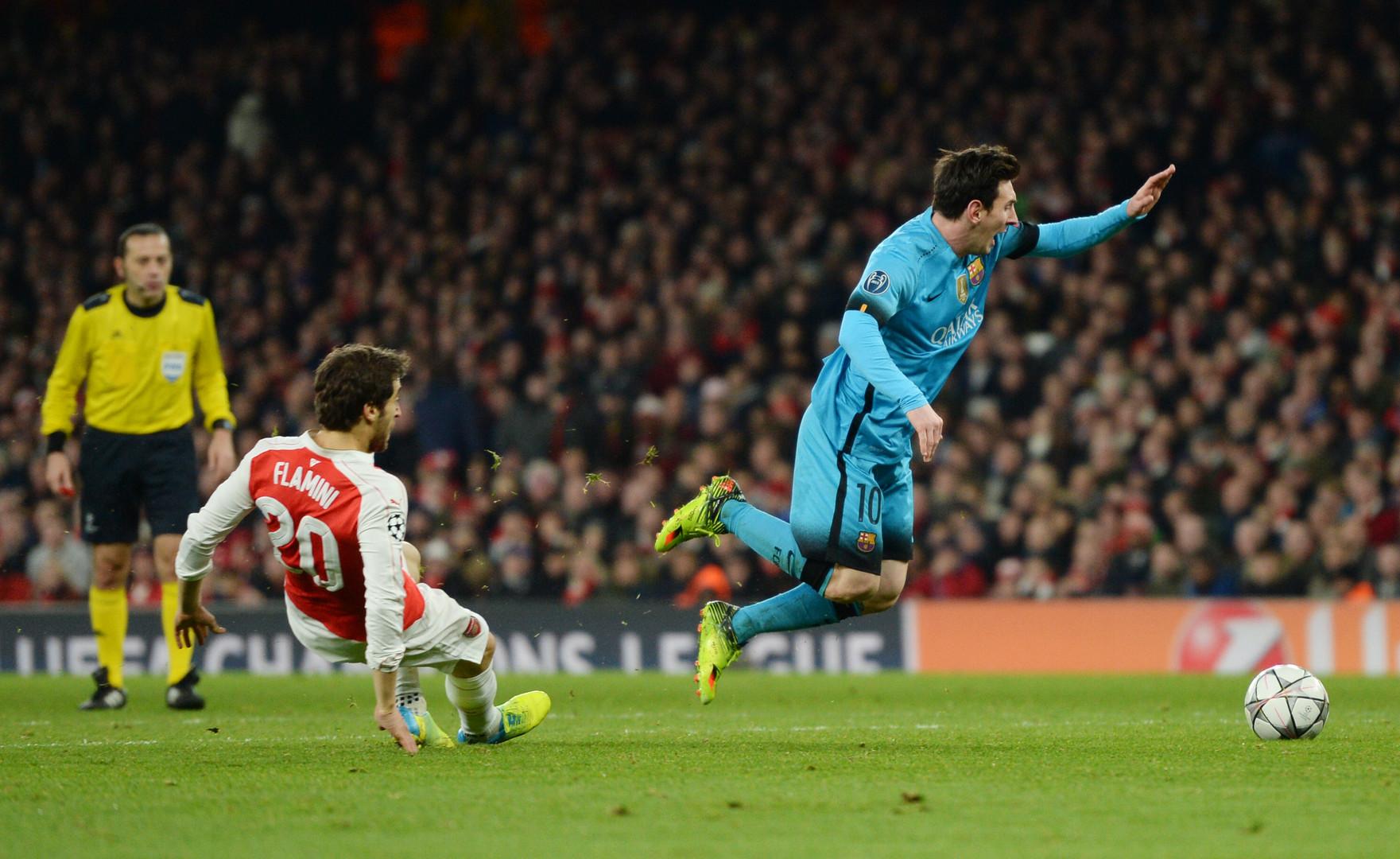 Mathieu Falmini legt Lionel Messi im Strafraum.