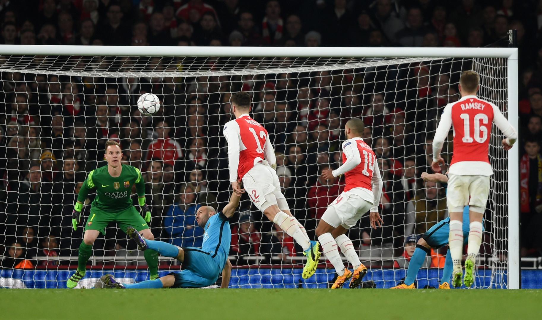 Arsenal Stürmer Olivier Giroud köpft den Ball auf das Tor von Barca Torwart Marc-Andre Ter Stegen.
