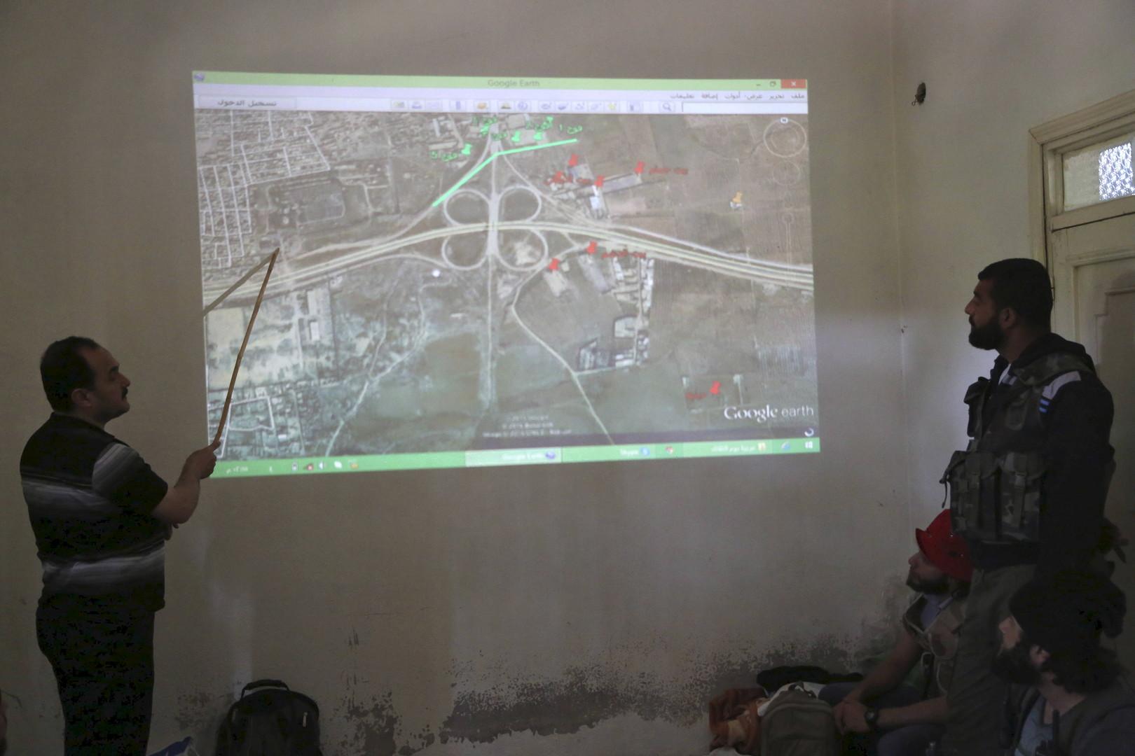 FSA-Kämpfer bei einer Lagebesprechung in der Scheich Said-Nachbarschaft der Provinzhauptstadt Aleppo.