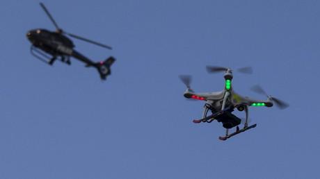 Ein Polizeihubschrauber und eine Drohne überwachen eine Demonstration von zehntausenden Menschen gegen rassistische Poizeigewalt in Baltimore, Mai 2015.