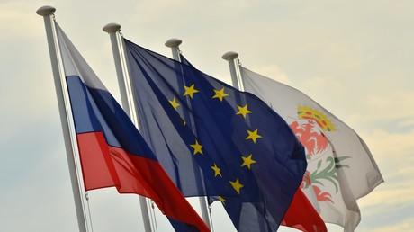 Die Flagge Russlands, der EU, Frankreichs und Nizzas an der Strandpromenade der Stadt an der Côte d'Azur.