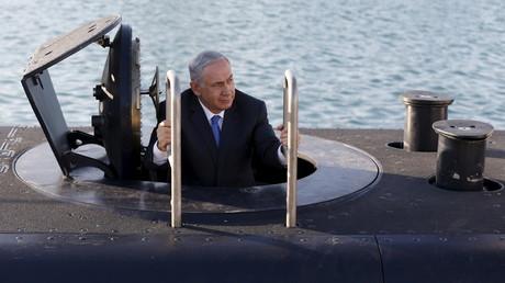 Israels Regierungschef Benjamin Netanyahu taucht in Tel Aviv aus der Rahav auf. Ohne die Freiwillige Feuerwehr in Quarnbek wäre es nicht soweit gekommen, Tel Aviv, 12. Januar 2016.