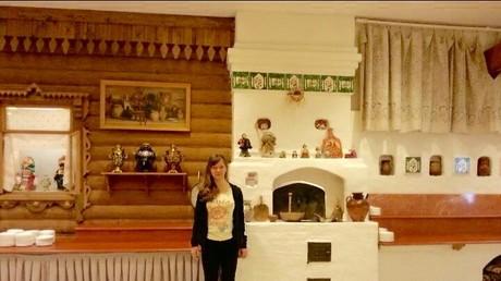 Geschafft! Alona nach der langen Zugfahrt von Berlin nach Moskau im Hotel Cosmos.