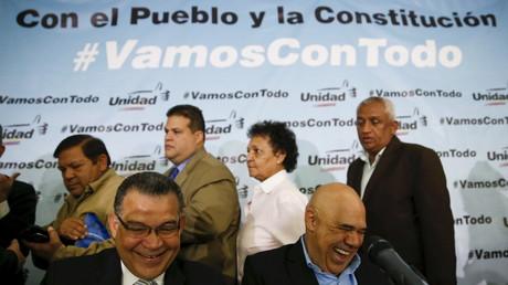 Jesus Torrealba (R), Generalsekretär der MUD, lacht wohl selber über den Slogan seines Oppositionsbündnisses