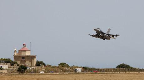 US-amerikanische F-16 startet vom Flughafen Valletta in Malta zur Bomben-Mission in Libyen.