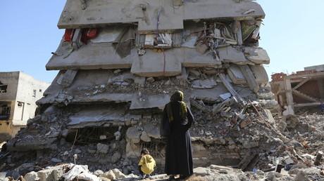 Bewohnerin von Cizre vor einem zerstörten Gebäude, 2. März 2016.