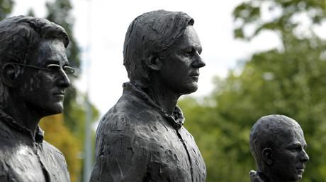 Edward Snowden, Julian Assange, Chelsea Manning als Statuen bei einer Performance in Berlin: Wer das US-Imperium kritisiert landet schnell auf der Abschussliste
