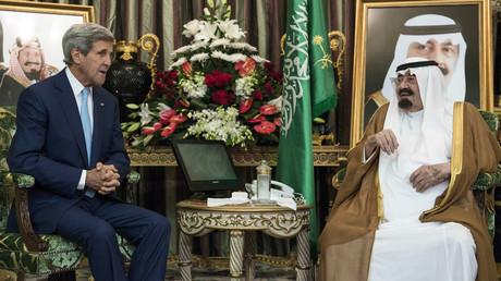 Der saudische König Abdullah bin Abdul Aziz al-Saud beim Treffen mit US-Außenminister John Kerry in Jeddah, 11.  September 2014.