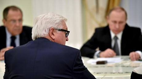 Russlands Präsident Wladimir Putin und Außenminister Sergej Lawrow im Gespräch mit Außenminister Minister Frank-Walter Steinmeier im Kreml, Moskau, 23. März 2016.