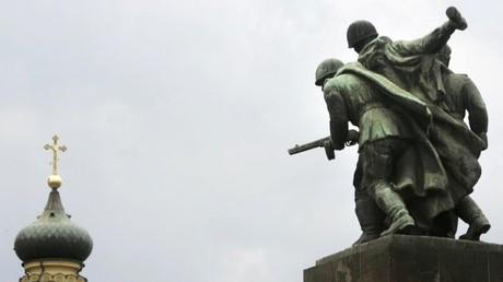 Wird wohl nicht mehr lange stehen: Monument zu Ehren der Soldaten der Roten Armee in Warschau, vis à vis der griechisch-katholischen Kirche in der polnischen Hauptstadt.