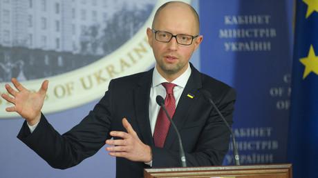 Wir der ukrainische Premier Arsenij Jazenjuk bald seine Pressekonferenzen vor dem Logo