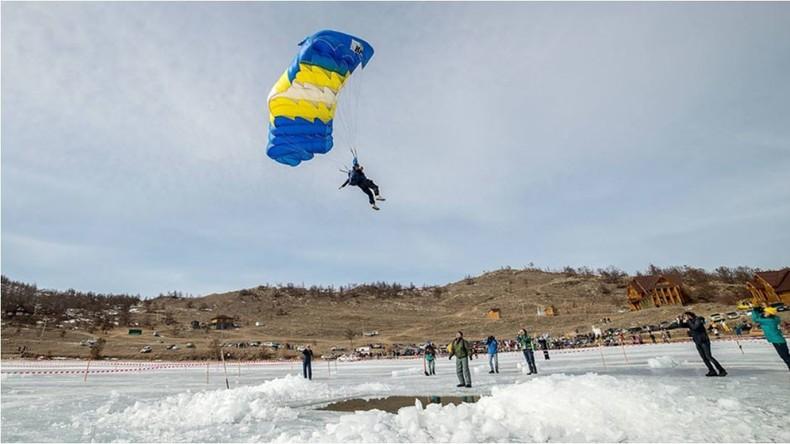 'Historischer Stunt' auf dem Baikalsee: Wagemutiger Sprung aus dem Flugzeug direkt ins Eis-Loch