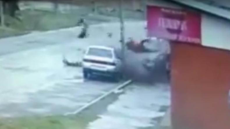 Zwei Männer bei Horrorcrash in Russland aus Auto geschleudert und überleben unverletzt