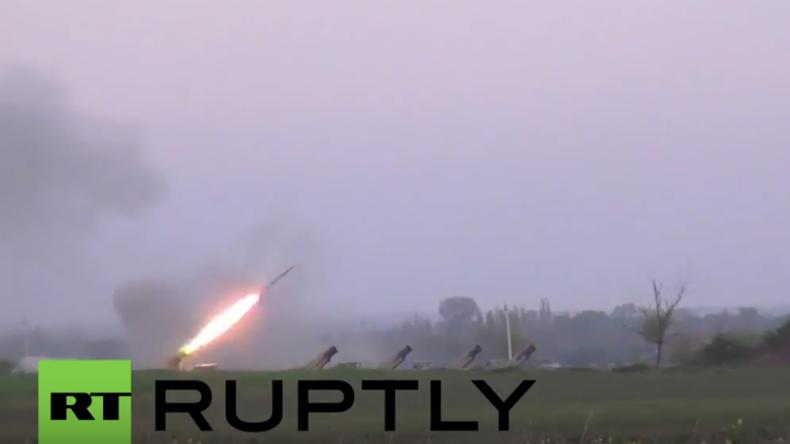 Aserbaidschan feuert mit Raketenwerfern auf armenische Positionen in Berg-Karabach