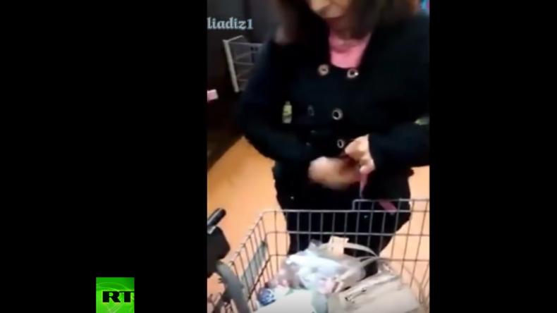 Frau beim Stehlen erwischt – Unglaublich wie viele Produkte unter einem Mantel verschwinden können