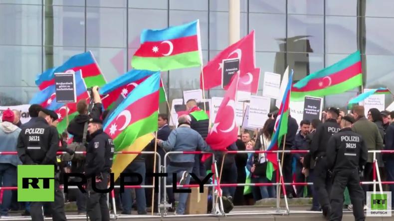 Pro-aserbaidschanischer Protest vorm Kanzleramt wegen Treffen zwischen Merkel und Sargsyan
