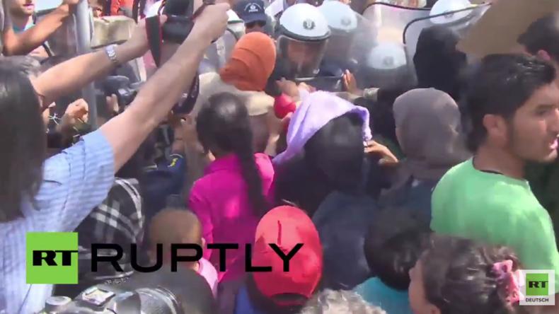 Idomeni: Frauen und Kinder versuchen Polizeikette an mazedonischer Grenze zu durchbrechen