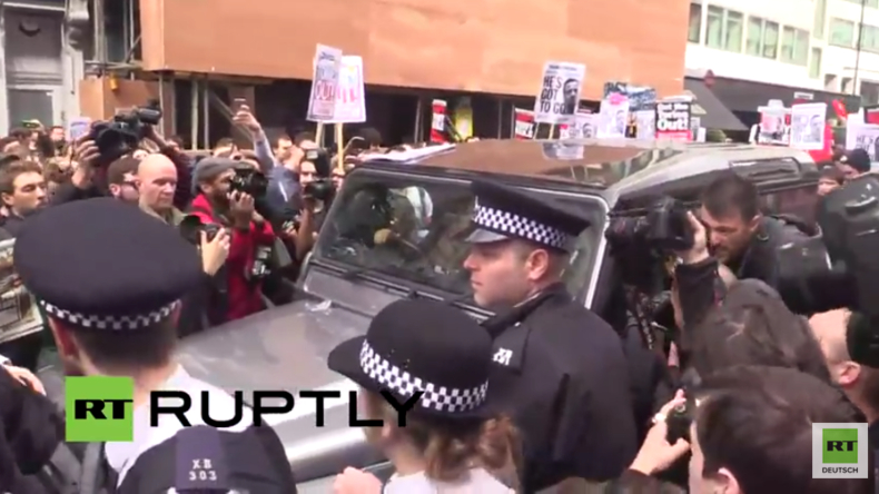 London: Protest gegen Cameron - Demonstranten-Mob umzingelt Delegierten-Wagen