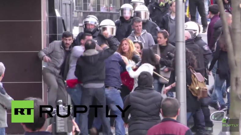 Kurden vs. Türken: Schlägerei bei Protest zwischen türkischen Nationalisten und Kurden in Köln