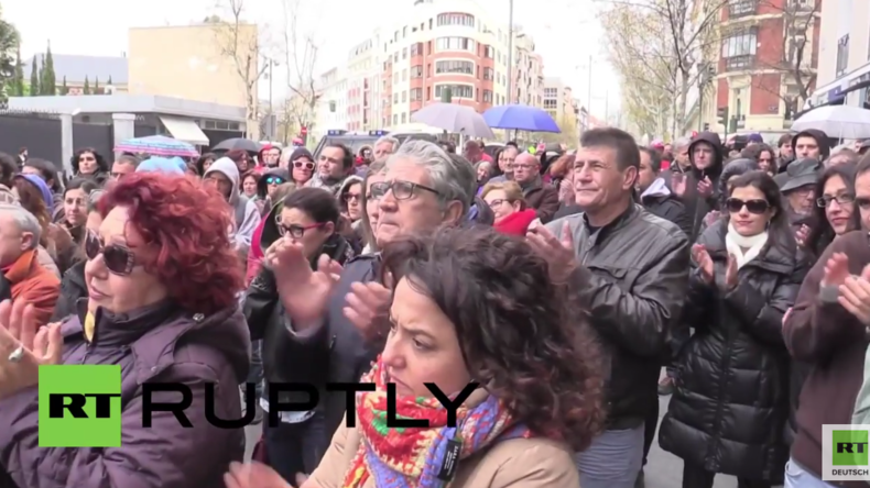 Madrid: Hunderte fordern Gerechtigkeit für vom US-Militär getöteten Journalisten vor US-Botschaft