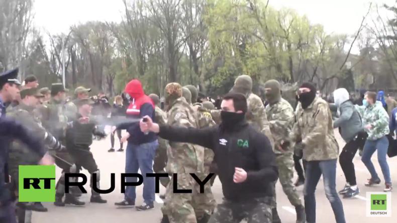 Ukraine: Nationalisten-Mob greift Polizei vor dem Gewerkschaftshaus in Odessa an