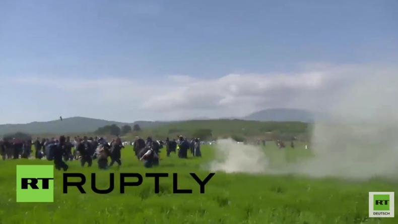 Idomeni: Polizei und Flüchtlinge prallen an mazedonischer Grenze aufeinander - Dutzende verletzt