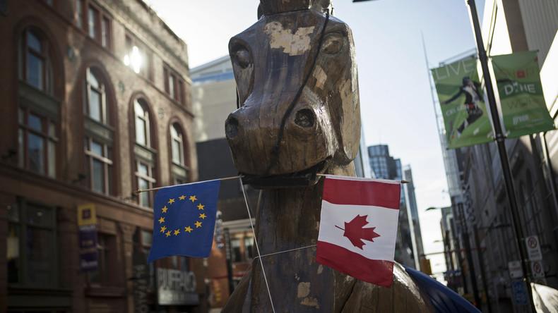 """Mit einem riesigen trojanischen Pferd protestiert der """"Council of Canadians"""" in Ontario gegen das """"Comprehensive Economic and Trade Agreement"""" (CETA) zwischen Kanada und der EU, November 2013."""