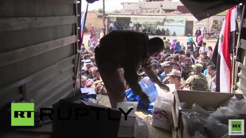 Syrien: Bewohner und ehemalige Milizen in Deir al-Fardis erhalten Hilfsgüter von russischen Soldaten