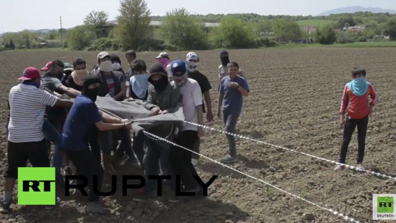 Polizei setzt Tränengas gegen Migranten und Flüchtlinge an griechisch-mazedonischer Grenze ein