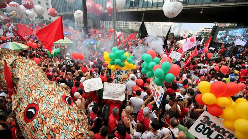 Zahlreiche Brasilianer demonstrieren auch für Präsidentin Dilma Rousseff - diese jedoch in rot