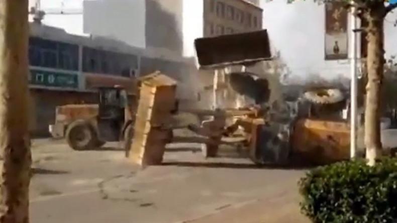 Ungewöhnlicher Straßenkampf in China: Arbeiter gehen in Bulldozern aufeinander los