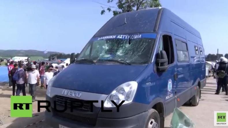 Idomeni: Flüchtlinge demolieren Polizeiwagen, nachdem dieser einen von ihnen überfahren haben soll