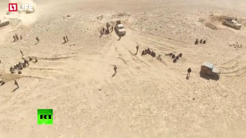 Drohne filmt Offensive der Syrisch Arabischen Armee gegen den IS nahe Damaskus