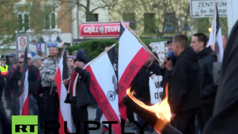"""Zusammenstöße in Jena: """"Thügida"""" zeigt sich offen rechtsextrem – Marsch zu Hitlers Geburtstag"""