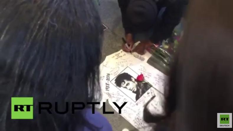 Fans versammeln sich, nach Bekanntwerden des Ablebens von US-Popstar Prince