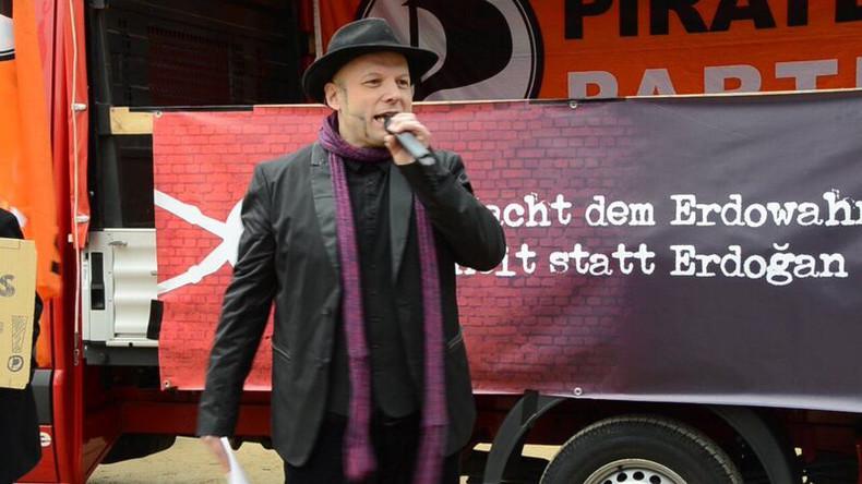 Aus Böhmermann-Gedicht zitiert - Berliner Piratenchef vor türkischer Botschaft festgenommen