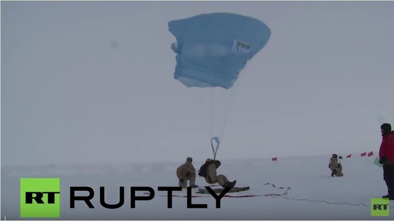 Arktik: Russische Fallschirmspringer vollführen Punktlandung am Nordpol