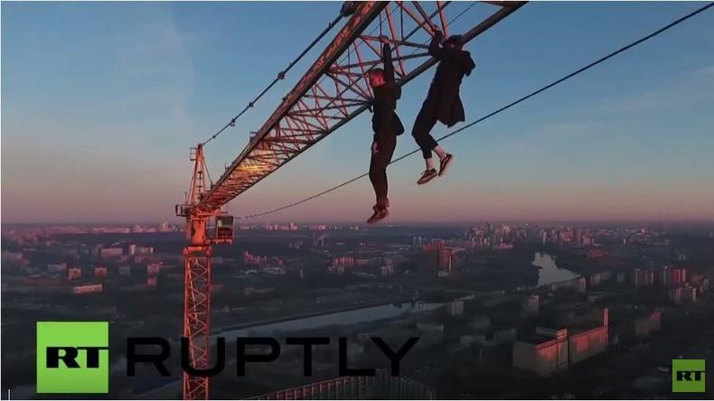 Waghalsige Kran-Kletterer über Dächern von Moskau - Drohnenvideo