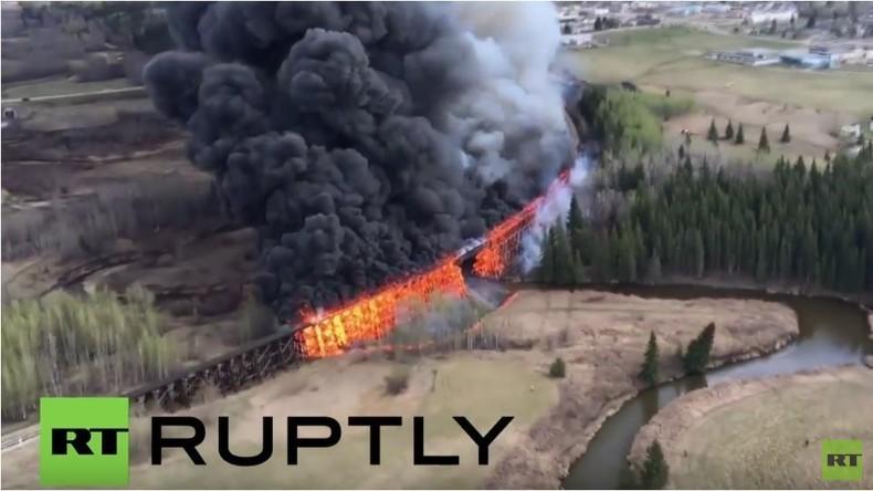 Kanada: Feuer zerstört hölzerne Eisenbahnbrücke