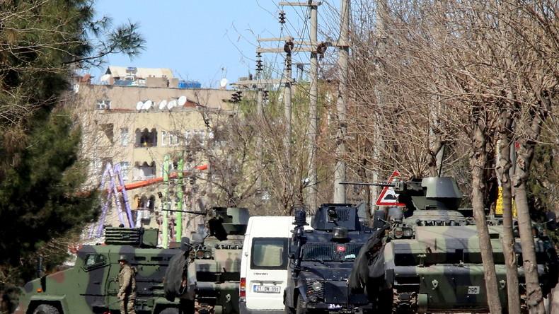 Türkei: Krieg und Tod für die kurdische Bevölkerung - Panzer feuern auf Wohnhäuser