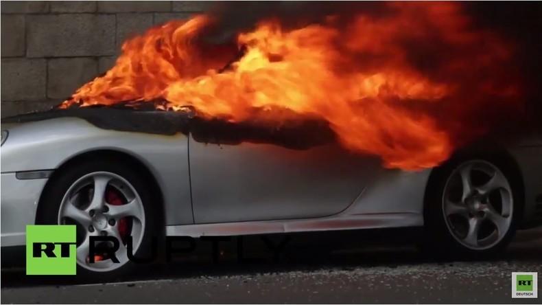 Frankreich: Porsche in Flammen während gewaltsamer Proteste gegen Arbeitsmarktreformen in Nantes