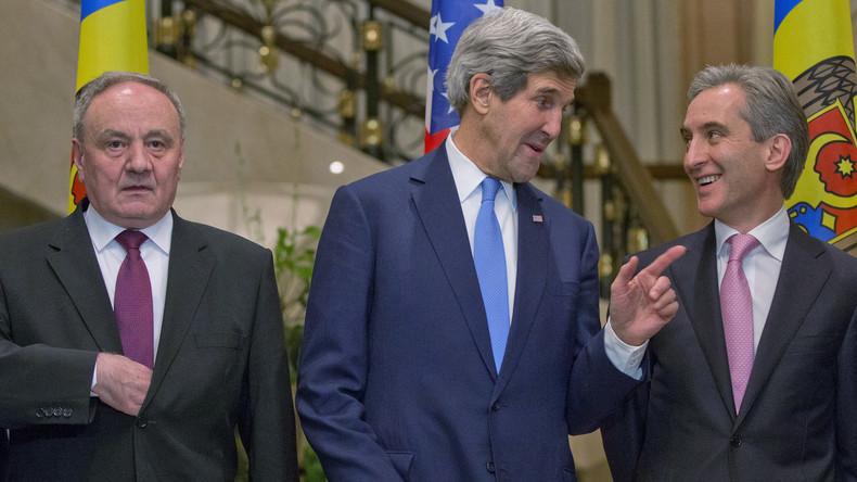 US-Außenminister John Kerry scherzt mit Moldawiens Premierminister Iurie Leanca (R) und Präsident Nicolae Timofti in Chisinau, Dezember 2013.