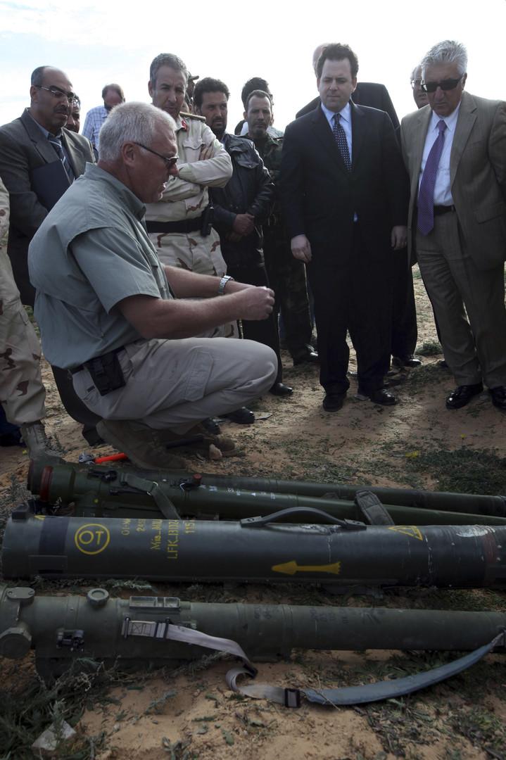 Der Staatssekretär Andrew Shapiro (2. von r.) und seine Delegation freuen sich über Manpads im Osten von Tripolis. Nach seinen Angaben wurden bis zu  5.000 dieser Raketen nach dem Sturz von Gaddafi vom Markt gezogen.