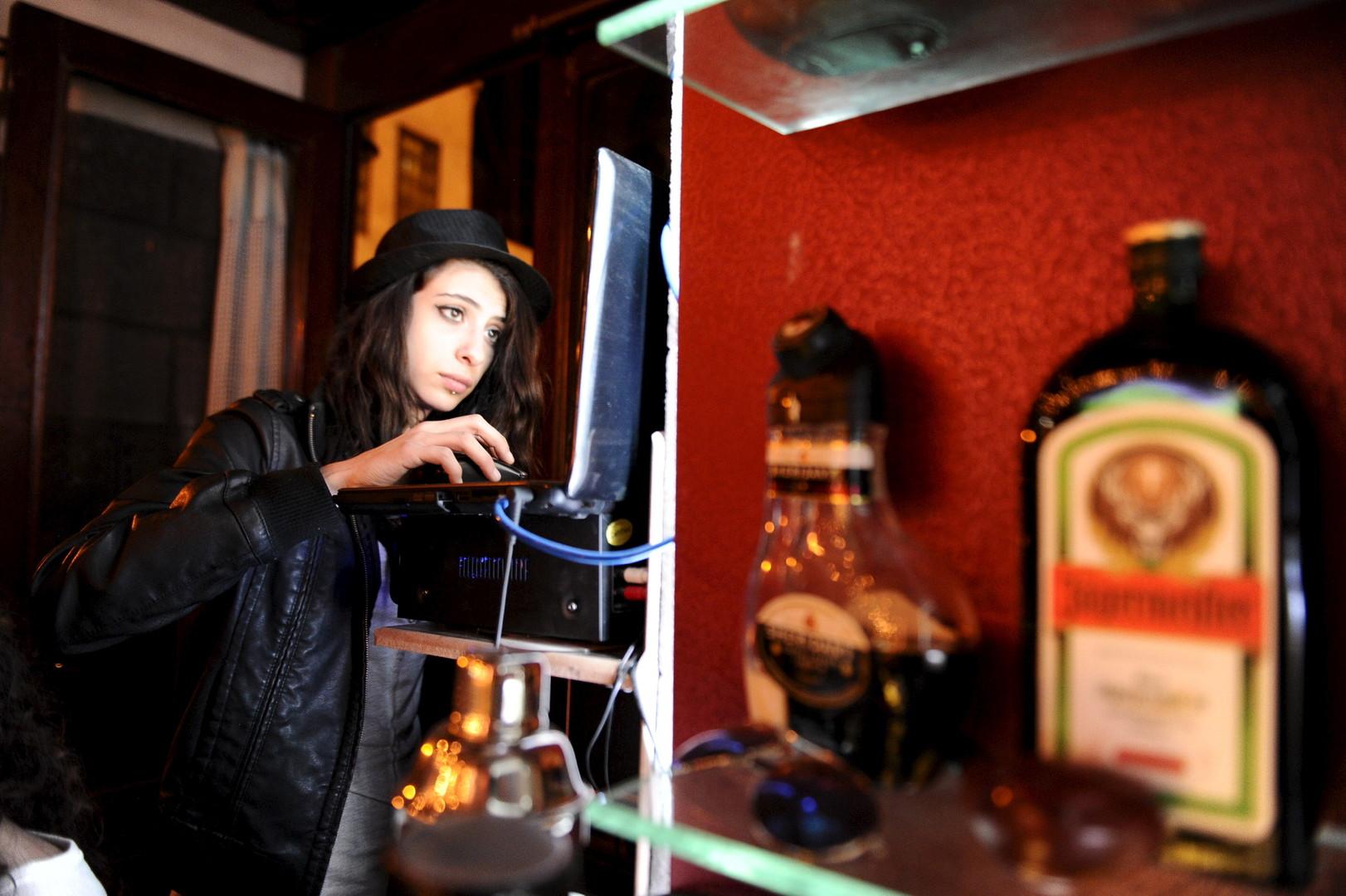 """Marah bei der Arbeit. Sie ist DJ in der Bar """"80's"""". Damaskus, 13. März 2016"""