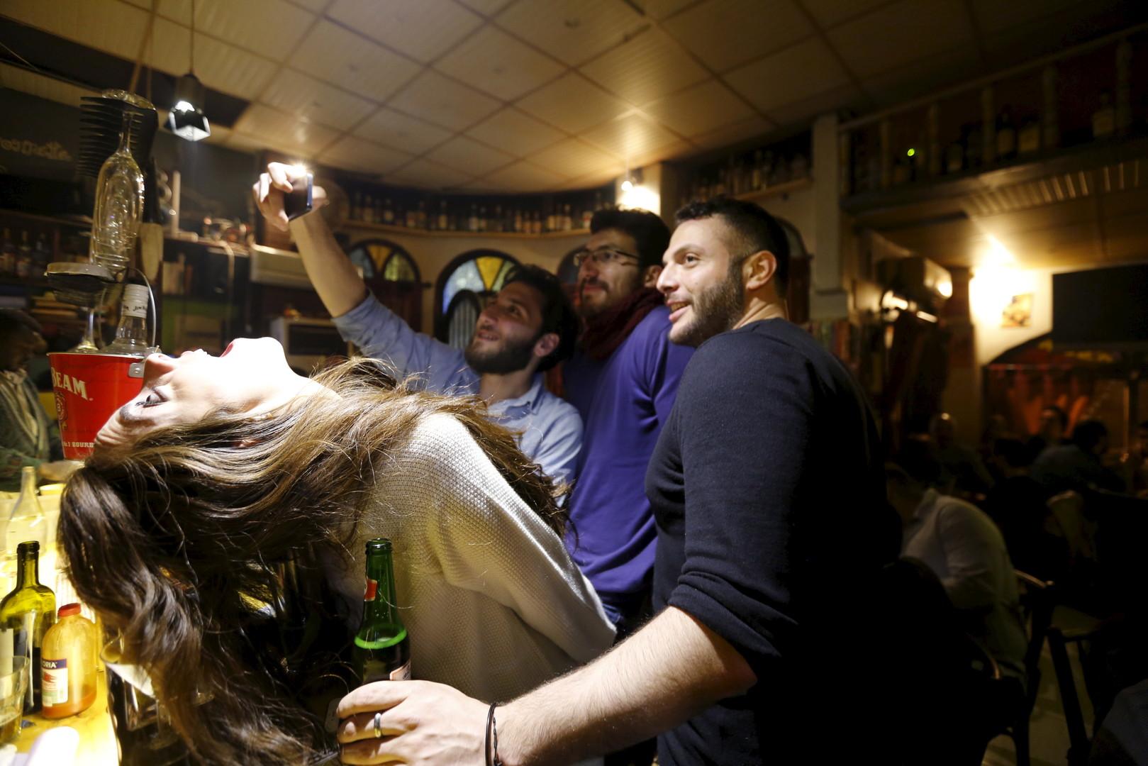 """Gäste machen ein Selfie im """"La Marionnette Pub"""", Damaskus, 10. März 2016"""