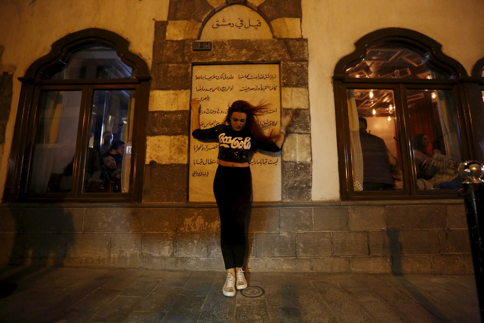"""Posieren für den Fotografen vor der Bar """"80's"""". Damaskus, 11. März 2016"""