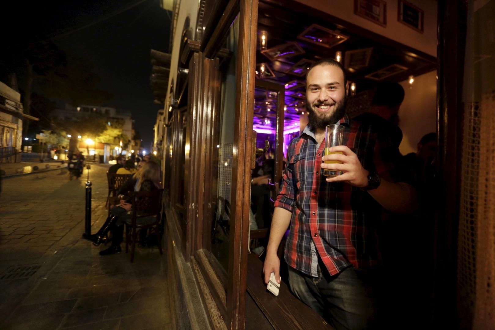 """Kenan nimmt seinen Drink mit nach draußen. Bar """"80's"""", Damaskus, 24. März 2016"""